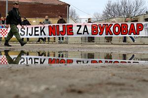 Баннер с надписью «Осиек не поддерживает Вуковар» во время акции протеста