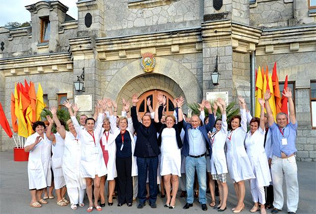 С сотрудниками объединения «Массандра». Идея подпрыгнуть с поднятыми руками принадлежала Берлускони — «Чтобы было веселее»
