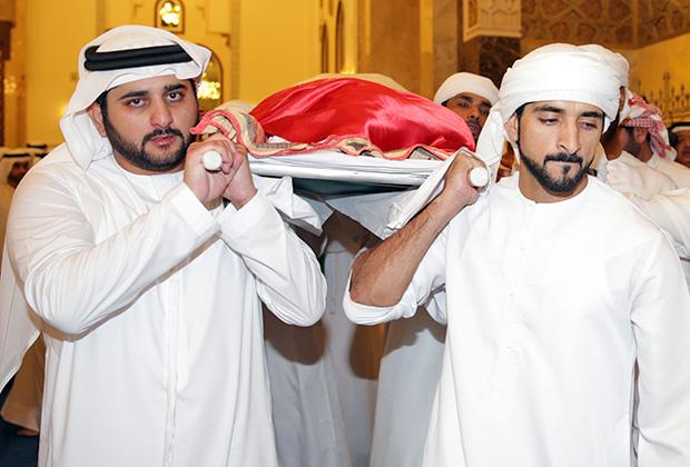 Хамдан (справа) и Мактум несут тело брата