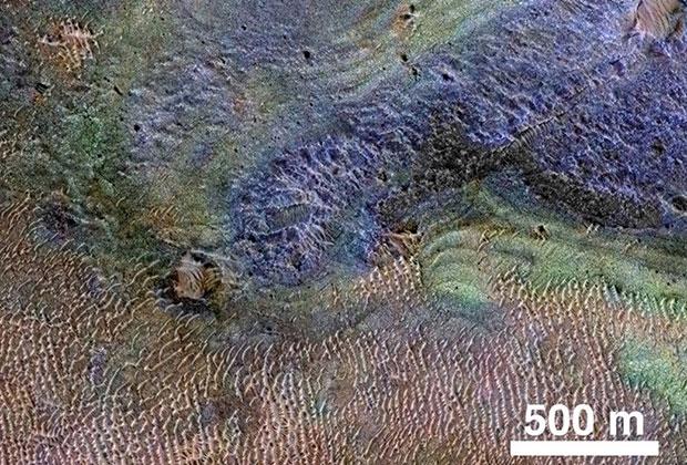 Снимок, показывающий содержание карбонатов (солей и эфиров угольной кислоты, отмечены зеленым цветом) на Марсе над участком гробенов Нили.
