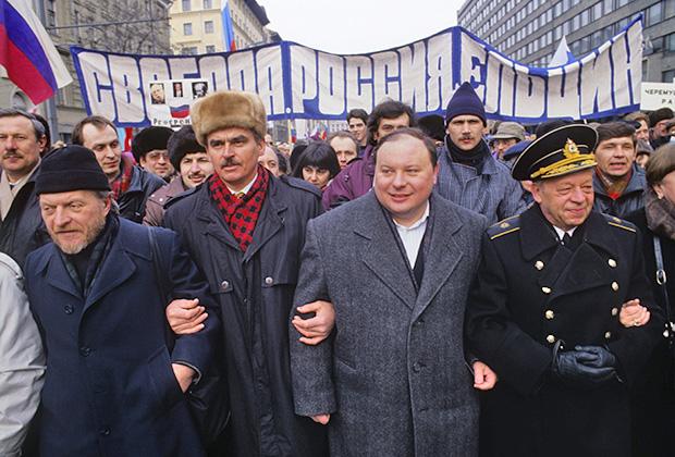 Журналист и писатель Тимур Гайдар и  экономист Егор Тимурович Гайдар во время шествия по улицам Москвы
