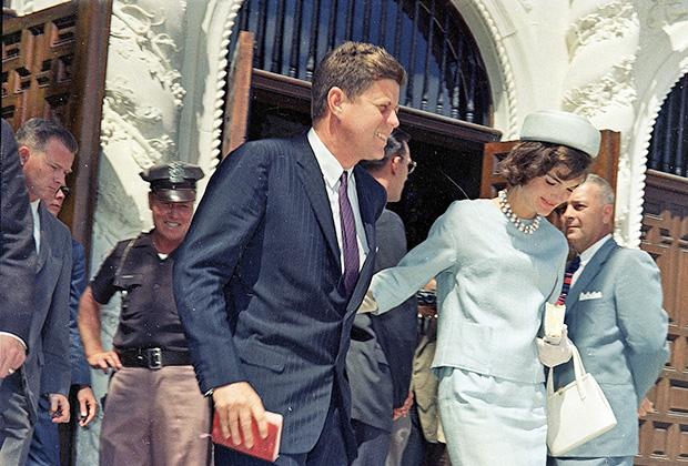 Джон Кеннеди и его супруга Жаклин после пасхального богослужения. 2 апреля 1961