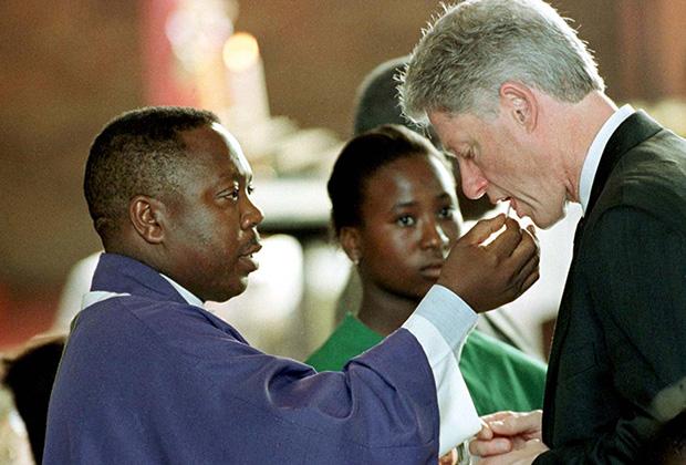 Билл Клинтон принимает причастие
