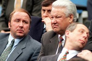 Президент России Борис Ельцин и начальник охраны президента Александр Коржаков, 1995 год
