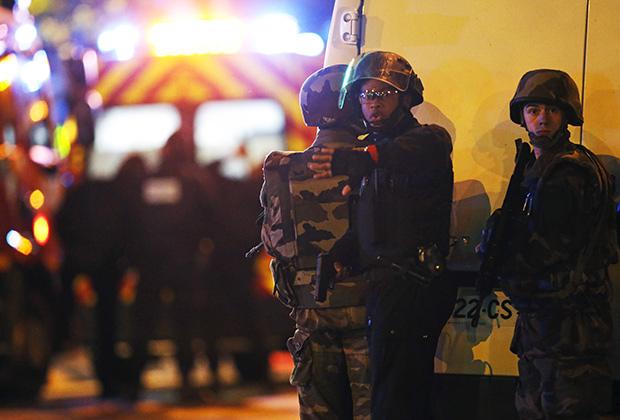 Представители сил безопасности возле концертного зала «Батаклан»