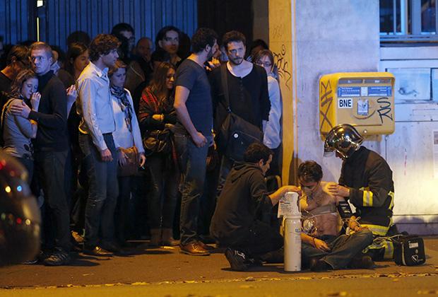 Спасатели оказывают помощь пострадавшему во время атаки на концертный зал «Батаклан»