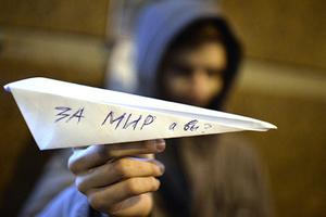 Участник акции протеста против действий турецких ВВС, которые сбили российский самолет Су-24, у здания посольства Турецкой Республики в Москве