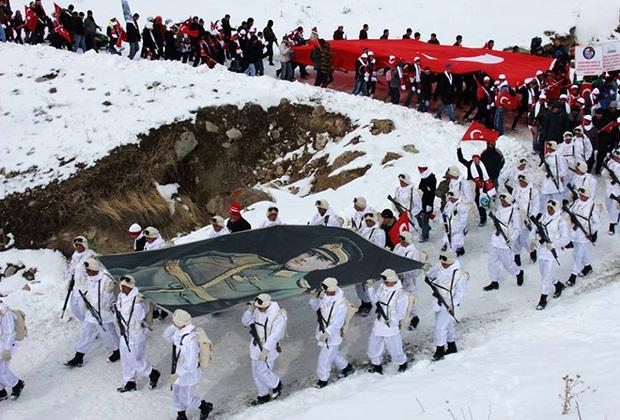 Церемония с участием «волков» в память о турецких солдатах, павших в сражении при Сарыкамыше в 1914-1915 годах