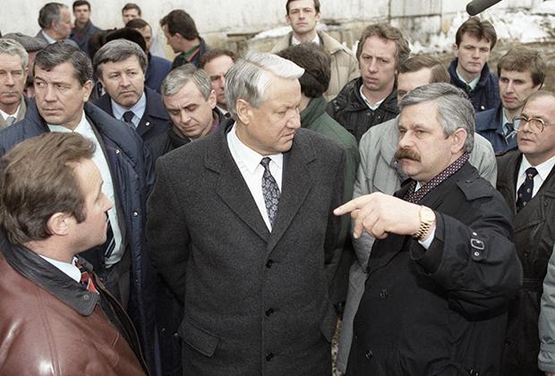 Президент России Борис Ельцин и вице-президент России Александр Руцкой на агропромышленном комплексе «Интерферма»