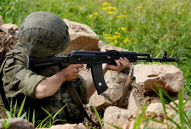 Военнослужащий 5-й общевойсковой армии с автоматом АК-74М (полигон Сергеевский, Приморский край)