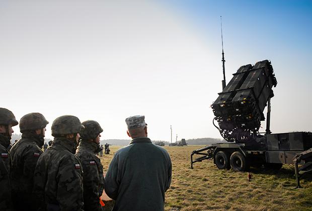 Американские и польские военные у ЗРК Patriot на учениях в Польше, март 2015 года