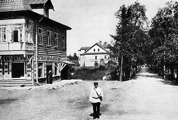 На заднем плане — дача в Лигове, где родилась Кшесинская