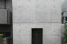 Роу-хаус расположен в нижней части Осаки. Это здание построено в 1976 году и считается самой известной постройкой архитектора. Автор часто называет дом бетонной коробкой.