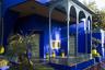 Уникальный синий цвет внешних стен здания так и называется — синий Мажорель, в честь художника. Он резко контрастирует с окружением.