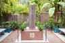 Прах скончавшегося на 71-м году жизни Ива Сен-Лорана захоронили именно здесь, на территории сада. Близкие утверждали, что синяя вилла, утопающая в зелени, на протяжении многих лет служила гению источником вдохновения.