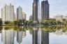 Еще один пекинский проект — Chaoyang Park Plaza — находится на окраине общественного парка и задуман как своеобразное продолжение зеленого пространства. Зеркальная поверхность фасадов, отражающая окружающую природу, призвана создавать ощущение, что башни растут из земли.