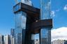Северная и южная башни Tencent Seafront Towers совмещены между собой тремя «пластами» соединенных этажей — такое решение воплощает перелинковку, связь различных уголков интернета через ссылки. Разумеется, в здании работают IT-шники.