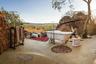 Любителям дикой природы наверняка понравится южноафриканский Madikwe Hills Lodge. Этот отель находится внутри заповедника Madikwe, так что постояльцы, принимая ванну,  могут наблюдать представителей африканской фауны, влючая редкие виды.
