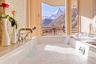 Если же водным просторам путешественник предпочитает горы, ему сюда. Из окон ванной комнаты швейцарского Grace Chalet открывается вид на Маттерхорн — самую фотографируемую горную вершину Европы.