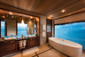 Ванные с видом на другой океан — Тихий — есть в отеле Conrad Bora Bora Nui. Мало того, в президентских виллах, рассчитанных на две спальни и две гардеробных комнаты, таких ванных запроектировано по три штуки. Стоимость суток проживания в президентской вилле — чуть более 250 тысяч рублей.