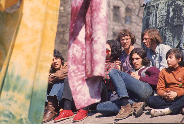 Компании волосатый отмечают День Земли 22 мая 1970 года. На ведущем плане футболки, разукрашенные способом тай-дай — одно из изобретений хиппи-моды.
