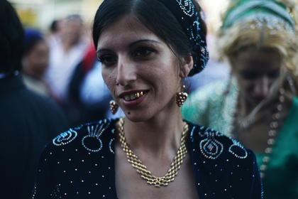 Женщина на цыганской свадьбе в одном из таборов