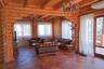 Дом оборудован всей необходимой техникой. Размер земельного участка — 15 соток. На территории есть открытый бассейн, 50-метровая баня с комнатой для отдыха, беседка с мангалом и 80-метровый гараж.