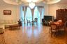 Еще один полноправный участник крымского рынка краткосрочной аренды — 160-метровая квартира на Московской улице в Ялте. Расположена в элитном высотном доме. Внутри — роскошная итальянская мебель. Лепнина!
