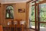 Коттедж состоит из шести отдельных спален, большой гостиной и огромной террасы с видом на Ялту и горы. На территории есть дровяная баня, бассейн, зона барбекю, стол для игры в настольный теннис.