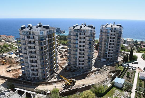 Виды Ялты. Строительная площадка новых домов на побережье Черного моря.