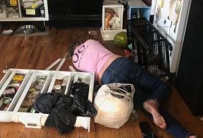 Уборщица напилась и разгромила квартиру из-за забеременевшей дочери