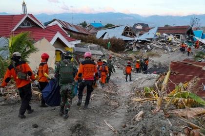 Под завалами в Индонезии осталось более 150 тысяч человек