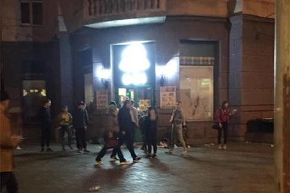 Полсотни подростков разгромили магазин в центре Киева