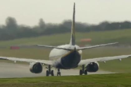 Экстремальный взлет самолета при мощном шторме попал на видео