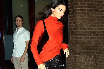 «Единственная красавица семьи Кардашьян» вернула в моду «спорную обувь из 90-х»