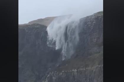 Водопад развернуло