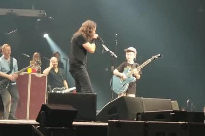 Лидер Foo Fighters позвал на сцену десятилетнего фаната и дал ему гитару