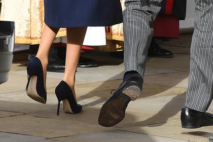 Принц Гарри вышел в свет в дырявых ботинках