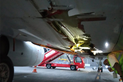 Пассажирский самолет врезался в кирпичную стену и полетел дальше