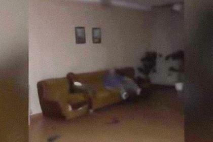 Санитары закидали пациента тапками и запинали ногами на видео