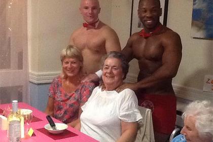 Голые официанты обслужили бабушек в доме престарелых