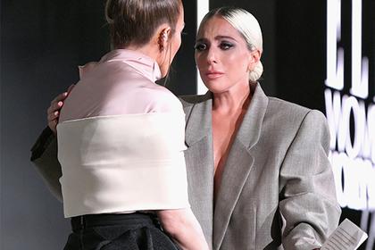 Леди Гага надела пиджак на голое тело из-за изнасилования