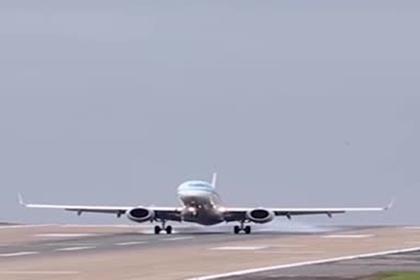 Опасная посадка пассажирского лайнера в шторм попала на видео