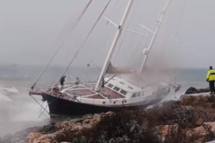 Яхту омского депутата выбросило на берег Испании