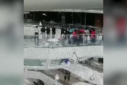Китаянка упала в аквариум с голодными акулами и выжила