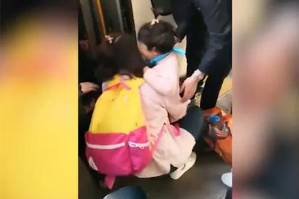 Ребенок провалился под поезд на глазах у уткнувшейся в смартфон матери