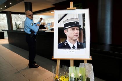 Имя пожертвовавшего собой полицейского отказались увековечивать из-за мигрантов