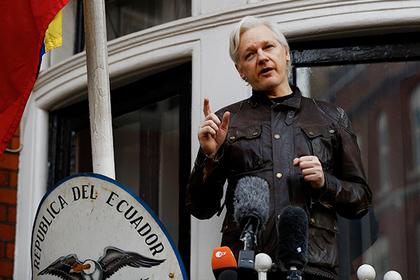Ассанж решил засудить укрывающее его посольство Эквадора