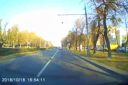 Девушка отказалась уступать дорогу кортежу Лукашенко и попала на видео