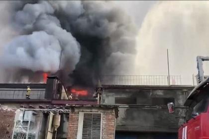 Горящий металлургический завод во Владикавказе сняли на видео